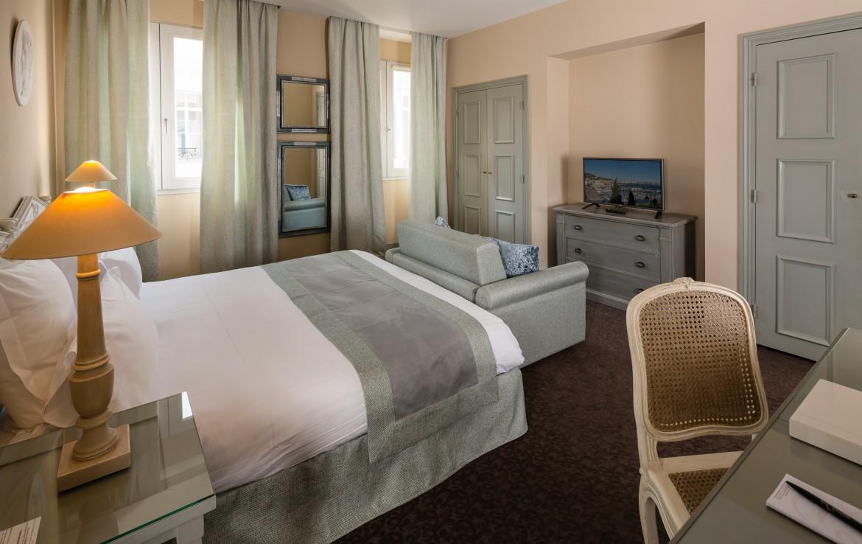 golf-expedition-golf-reizen-frankrijk-regio-cote-d'azur-hotel-le-cavendish-slaapkamer-met-bank-en-tv