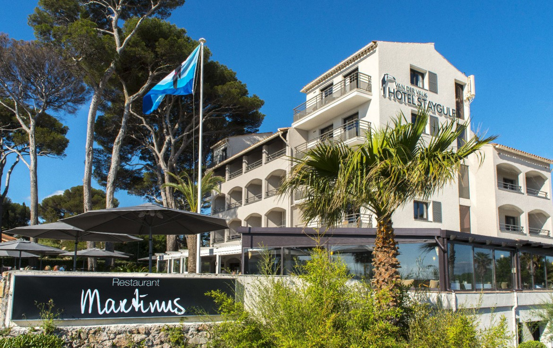 golf-expedition-golf-reizen-frankrijk-regio-cote-d'azur-hotel-saint-augulf-hotel-met-terras-en-restaurant