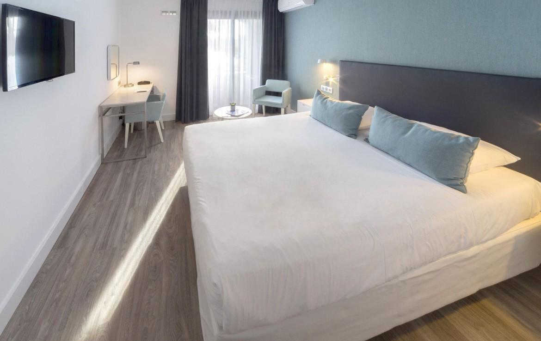 golf-expedition-golf-reizen-frankrijk-regio-cote-d'azur-hotel-saint-augulf-luxe-modern-ingerichte-slaapkamer-met-tv