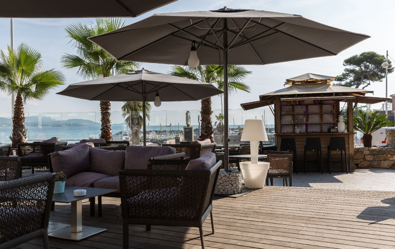 golf-expedition-golf-reizen-frankrijk-regio-cote-d'azur-hotel-saint-augulf-terras-met-bar-en-uitzicht-op-zee