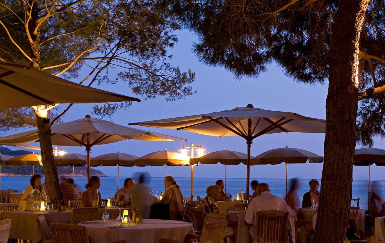 golf-expedition-golf-reizen-frankrijk-regio-cote-d'azur-la-pinede-plage-gasten-hotel-genieten-in-avond-op-terras