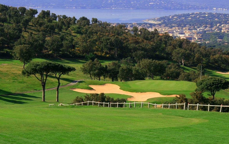 golf-expedition-golf-reizen-frankrijk-regio-cote-d'azur-la-pinede-plage-golfbaan-met-bunker-achtergrond-meer