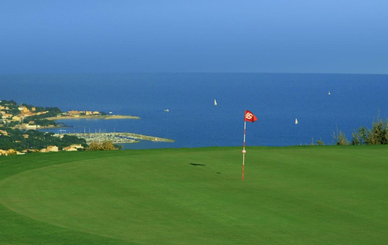 golf-expedition-golf-reizen-frankrijk-regio-cote-d'azur-la-pinede-plage-green-met-uitzicht-op-zee