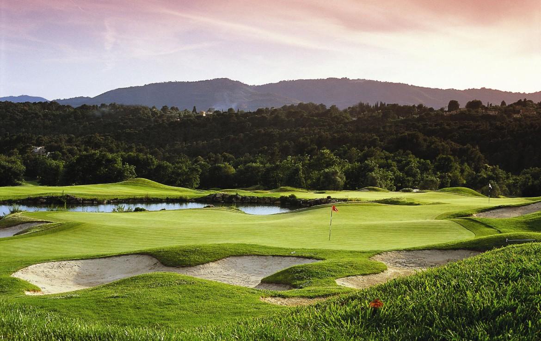 golf-expedition-golf-reizen-frankrijk-regio-cote-d'azur-le-mas-candille-golfbaan-met-berg-uitzicht-bunkers