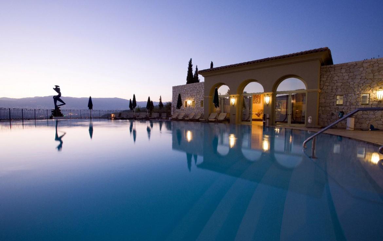 golf-expedition-golf-reizen-frankrijk-regio-cote-d'azur-le-mas-candille-prachtig-gelegen-zwembad-in-avond-met-geweldig-uitzicht