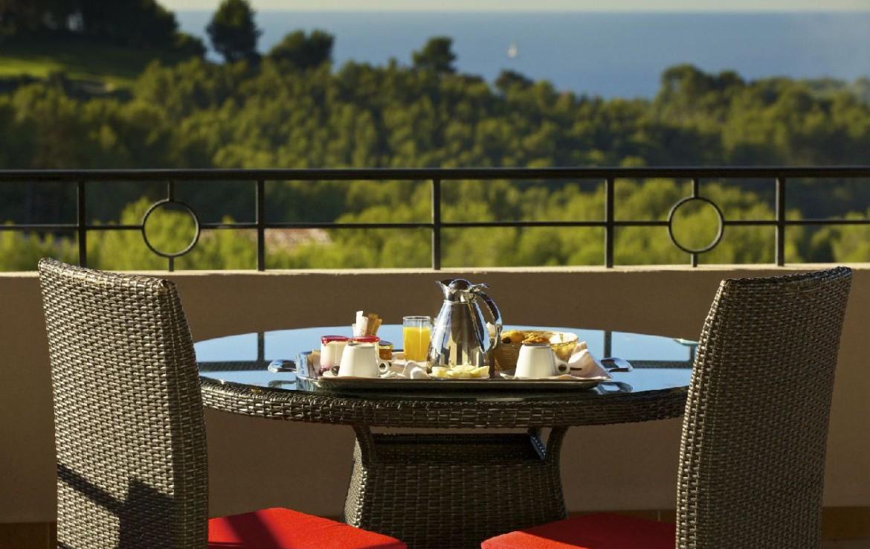 golf-expedition-golf-reizen-frankrijk-regio-cote-dazur-provence-dolce-fregate-golf-resort-balkon-met-uitzicht-op-zee.jpg