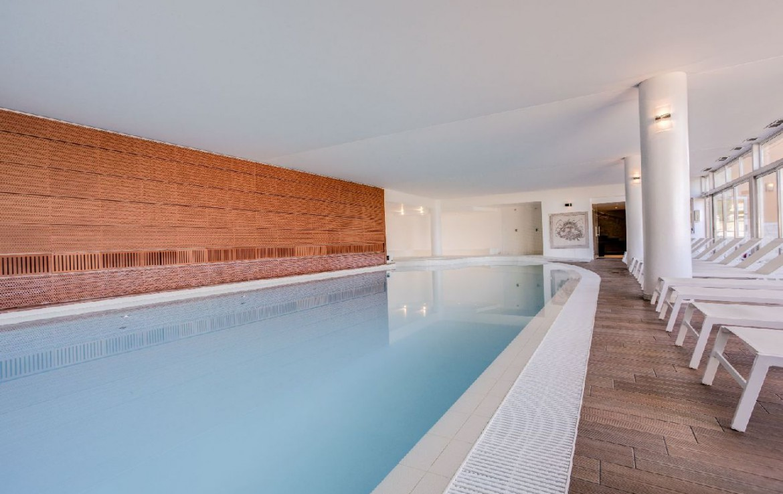 golf-expedition-golf-reizen-frankrijk-regio-cote-d'azur-provence-dolce-fregate-golf-resort-groot-binnen-zwembad-met-ligbedden.jpg