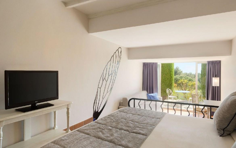 golf-expedition-golf-reizen-frankrijk-regio-cote-d'azur-provence-dolce-fregate-golf-resort-luxe-slaapkamer-met-tv-en-terras.jpg