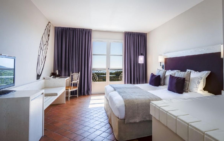 golf-expedition-golf-reizen-frankrijk-regio-cote-d'azur-provence-dolce-fregate-golf-resort-slaapkamer-met-bank-en-tv.jpg