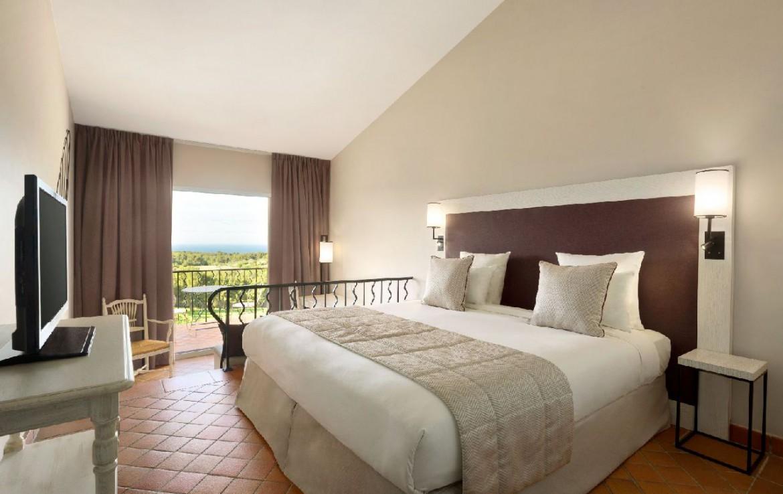golf-expedition-golf-reizen-frankrijk-regio-cote-d'azur-provence-dolce-fregate-golf-resort-slaapkamer-met-tv-en-balkon.jpg