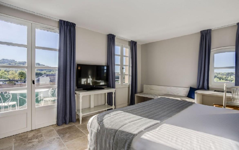 golf-expedition-golf-reizen-frankrijk-regio-cote-d'azur-provence-dolce-fregate-golf-resort-slaapkamer-met-tv.jpg