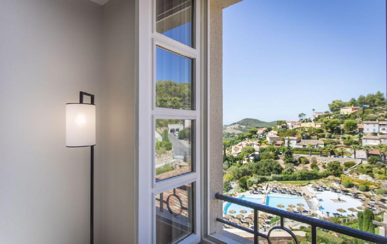 golf-expedition-golf-reizen-frankrijk-regio-cote-d'azur-provence-dolce-fregate-golf-resort-slaapkamer-uitzicht-bergen-zwembad.jpg