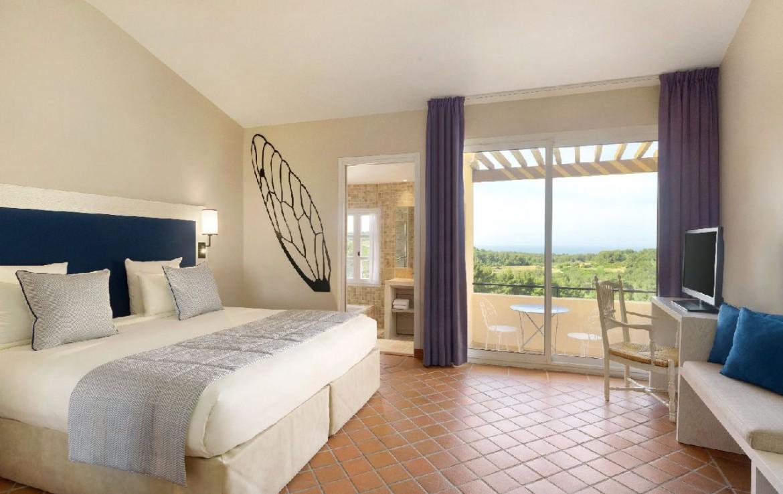 golf-expedition-golf-reizen-frankrijk-regio-cote-d'azur-provence-dolce-fregate-golf-resort-slaapkamer-uitzicht-op-zee.jpg