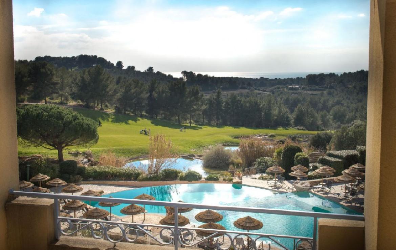 golf-expedition-golf-reizen-frankrijk-regio-cote-d'azur-provence-dolce-fregate-golf-resort-uitzicht-vanuit-appartement-op=zwembad.jpg