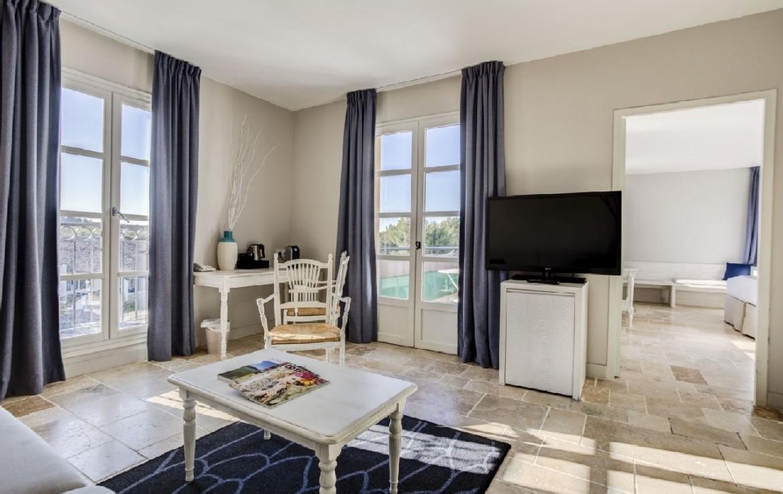 golf-expedition-golf-reizen-frankrijk-regio-cote-d'azur-provence-dolce-fregate-golf-resort-woonruimte-met-tv.jpg