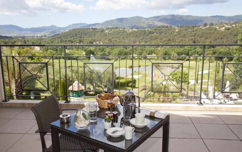 golf-expedition-golf-reizen-frankrijk-regio-cote-dazur-royal-mougins-golf-resort-balkon-ontbijt-met-uitzicht.jpg