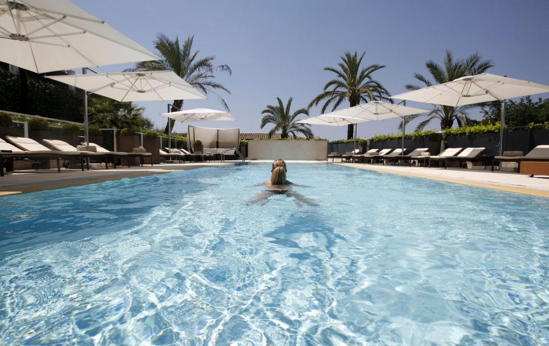 golf-expedition-golf-reizen-frankrijk-regio-cote-d'azur-royal-mougins-golf-resort-buiten-zwembad-ligbedden