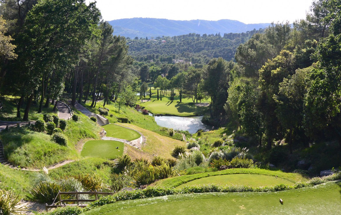 golf-expedition-golf-reizen-frankrijk-regio-cote-d'azur-royal-mougins-golf-resort-golfbaan-dwars-door-natuur