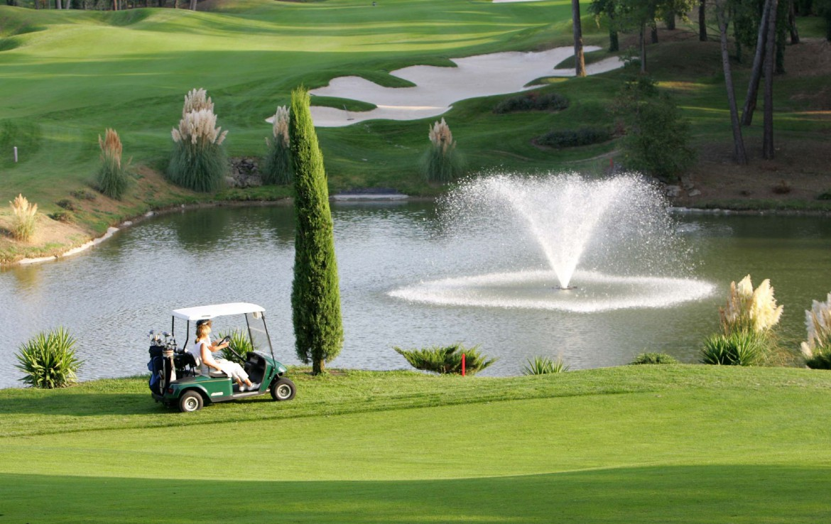 golf-expedition-golf-reizen-frankrijk-regio-cote-d'azur-royal-mougins-golf-resort-golfbaan-golfers-water-hazard-bunker