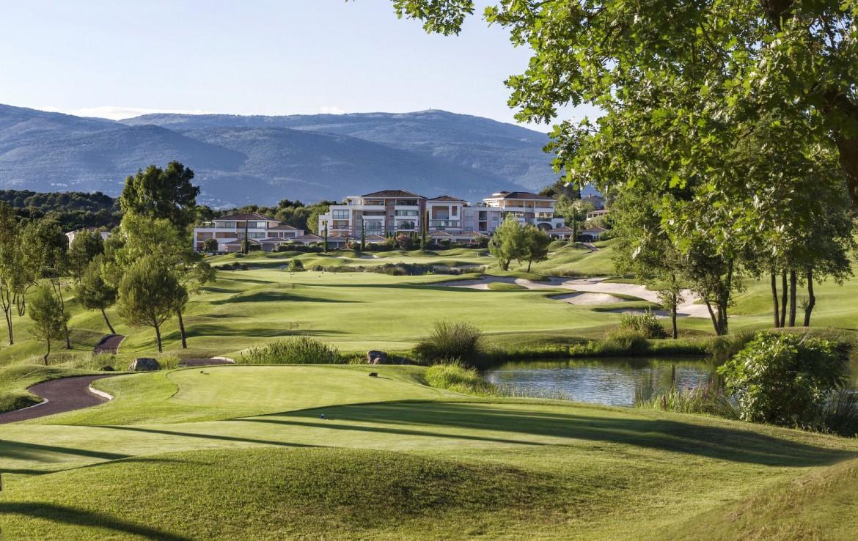 golf-expedition-golf-reizen-frankrijk-regio-cote-d'azur-royal-mougins-golf-resort-golfbaan-met-accommodatie-op-achtergrond