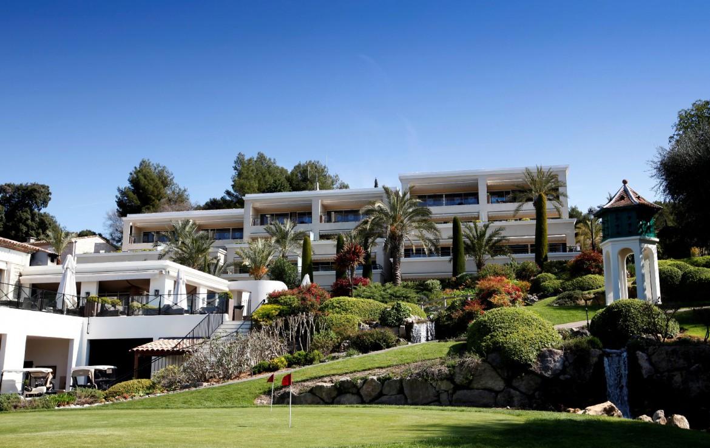 golf-expedition-golf-reizen-frankrijk-regio-cote-d'azur-royal-mougins-golf-resort-golfbaan-met-resort-op-achtergrond