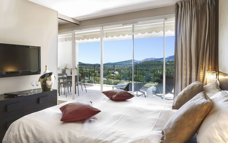 golf-expedition-golf-reizen-frankrijk-regio-cote-d'azur-royal-mougins-golf-resort-luxe-slaapkamer-met-prachtig-uitzicht