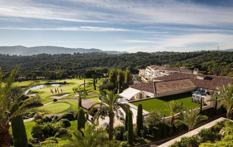 golf-expedition-golf-reizen-frankrijk-regio-cote-d'azur-royal-mougins-golf-resort-slaapkamer-met-uitzicht-op-accommodatie-vanaf-terras
