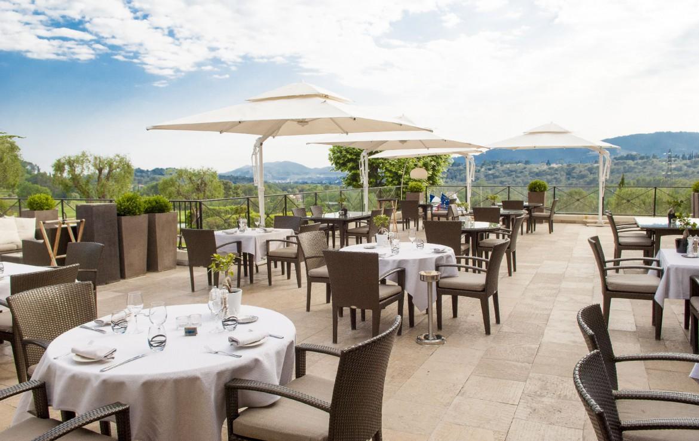 golf-expedition-golf-reizen-frankrijk-regio-cote-d'azur-royal-mougins-golf-resort-terras-met-geweldig-uitzicht-over-de-bergen