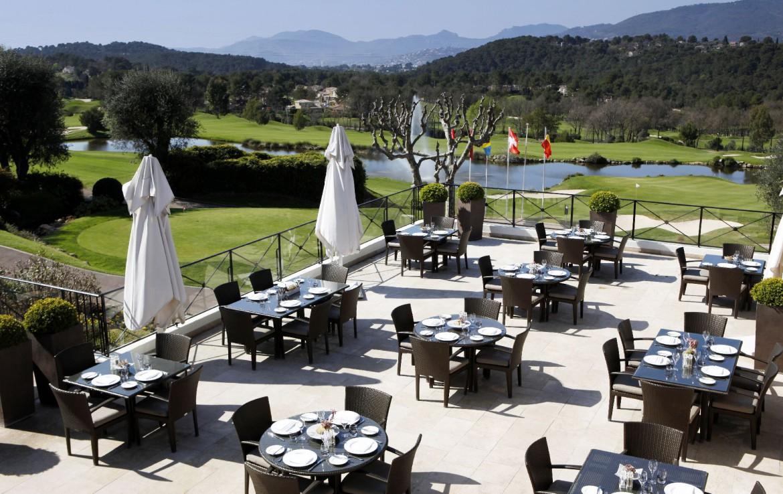 golf-expedition-golf-reizen-frankrijk-regio-cote-d'azur-royal-mougins-golf-resort-terras-met-uitzicht-op-golfbanen