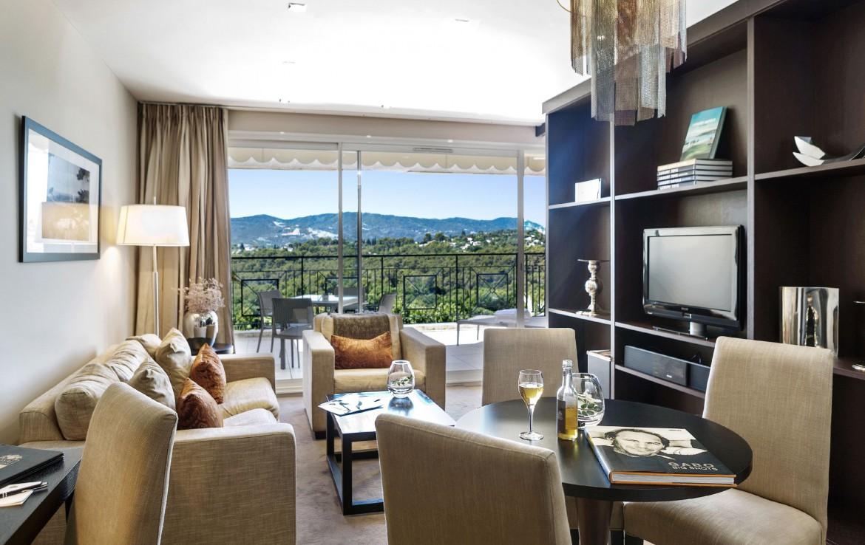 golf-expedition-golf-reizen-frankrijk-regio-cote-d'azur-royal-mougins-golf-resort-woonkamer-met-balkon-en-geweldig-uitzicht