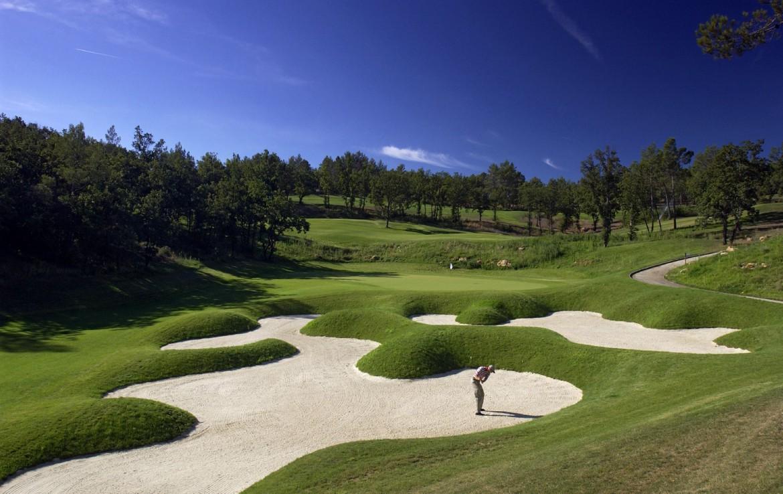 golf-expedition-golf-reizen-frankrijk-regio-cote-d'azur-terre-blanche-hotel-golfbaan-met-bunkers-en-golfer