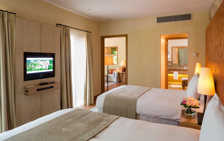golf-expedition-golf-reizen-frankrijk-regio-cote-d'azur-terre-blanche-hotel-slaapkamer-met-woonkamer-en-badkamer-en-tv