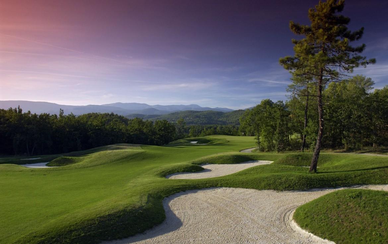 golf-expedition-golf-reizen-frankrijk-regio-cote-d'azur-terre-blanche-hotel-spa-golf-resort-golfbaan-bunker-uitzicht-fairway