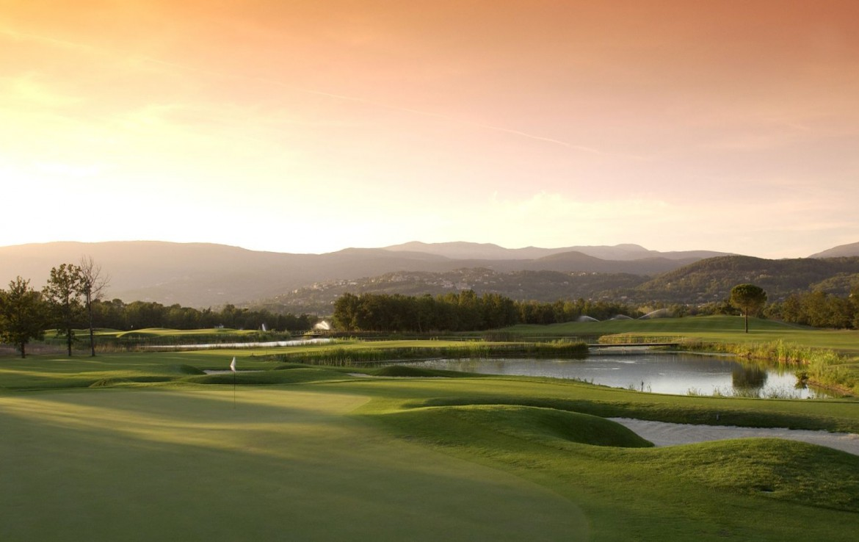 golf-expedition-golf-reizen-frankrijk-regio-cote-d'azur-terre-blanche-hotel-spa-golf-resort-golfbanen-green-zonsondergang