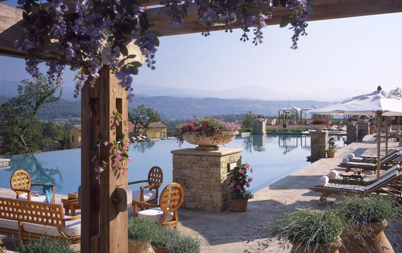 golf-expedition-golf-reizen-frankrijk-regio-cote-d'azur-terre-blanche-hotel-spa-golf-resort-zwembad-met-prachtig-uitzicht
