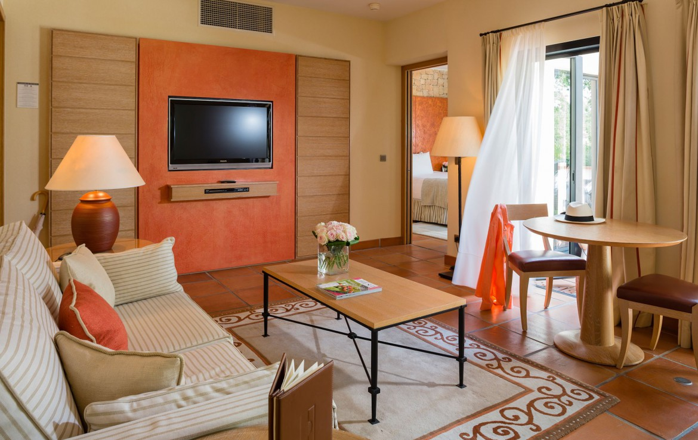 golf-expedition-golf-reizen-frankrijk-regio-cote-d'azur-terre-blanche-hotel-woonkamer-met-tv-en-balkon