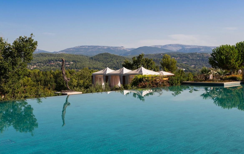 golf-expedition-golf-reizen-frankrijk-regio-cote-d'azur-terre-blanche-hotel-zwembad-met-prachtig-uitzicht-over-de-bergen