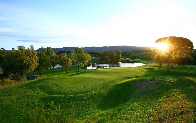 golf-expedition-golf-reizen-frankrijk-regio-cote-d'azur-villa-cedria-golfbaan-green-water-hazard-met-bergen-achtergrond