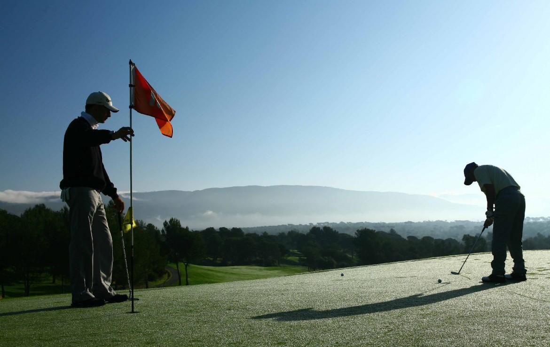 golf-expedition-golf-reizen-frankrijk-regio-cote-d'azur-villa-cedria-golfers-bij-green-uitzicht-op-bergen