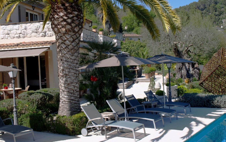 golf-expedition-golf-reizen-frankrijk-regio-cote-d'azur-villa-cedria-ligbedden-bij-zwembad