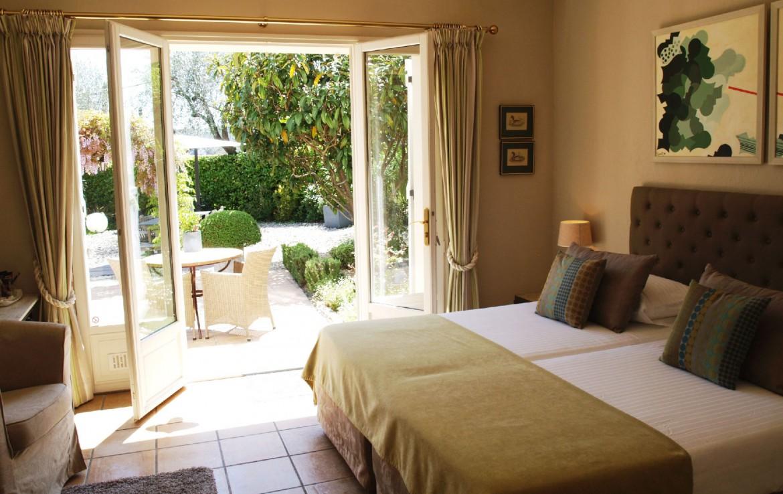 golf-expedition-golf-reizen-frankrijk-regio-cote-d'azur-villa-cedria-slaapkamer-met-terras