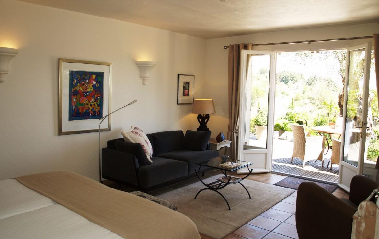 golf-expedition-golf-reizen-frankrijk-regio-cote-d'azur-villa-cedria-slaapkamer-met-woonruimte-en-terras-beneden-verdieping