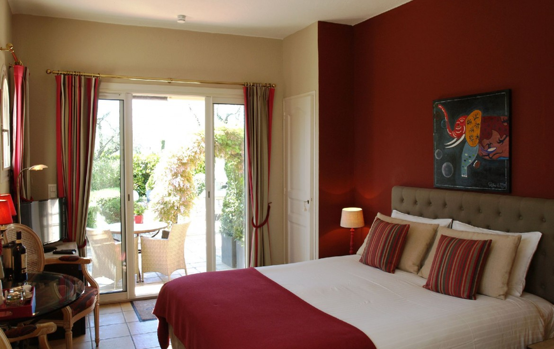 golf-expedition-golf-reizen-frankrijk-regio-cote-d'azur-villa-cedria-slaapkamer-rode-stijl