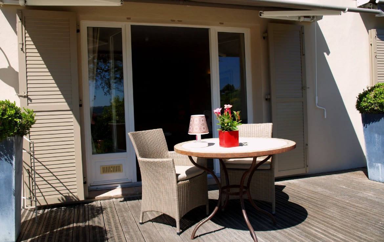 golf-expedition-golf-reizen-frankrijk-regio-cote-d'azur-villa-cedria-terras-aan-slaapkamer