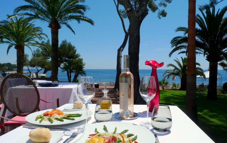 golf-expedition-golf-reizen-frankrijk-regio-cote-d'azur-villa-mauresque-buiten-restaurant-met-zee-zicht