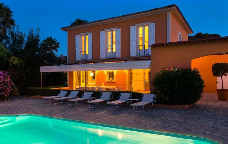 golf-expedition-golf-reizen-frankrijk-regio-cote-d'azur-villa-souvenance-appartement-ligbedden-zwembad-avond.jpg