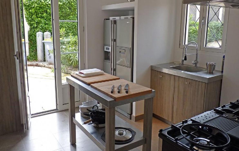 golf-expedition-golf-reizen-frankrijk-regio-cote-d'azur-villa-souvenance-luxe-keuken-deur-naar-buiten.jpg
