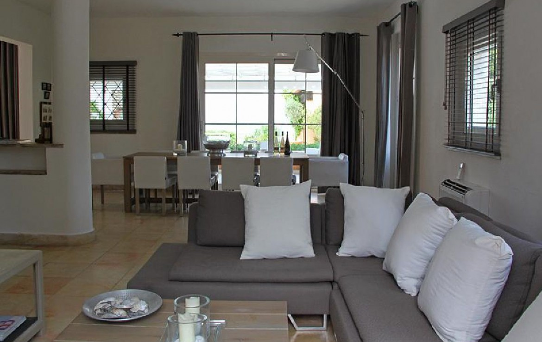 golf-expedition-golf-reizen-frankrijk-regio-cote-d'azur-villa-souvenance-luxe-woonruimte-met-eettafel.jpg