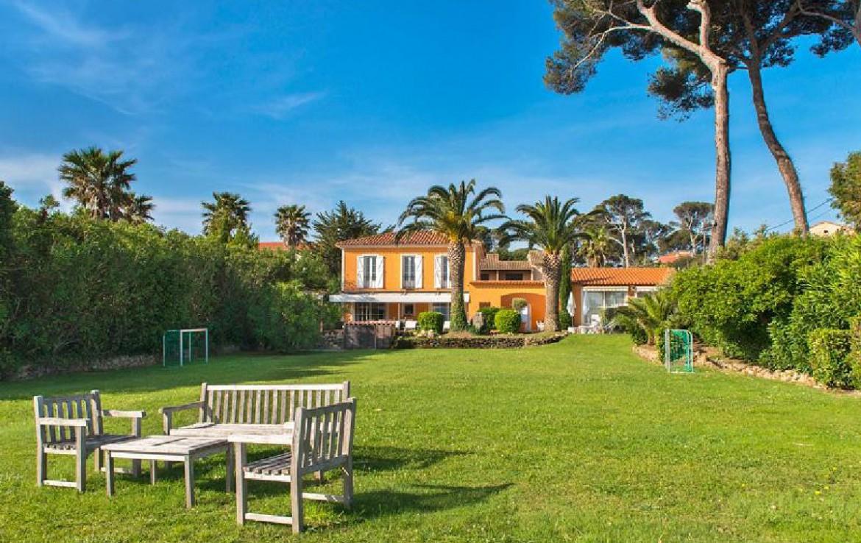 golf-expedition-golf-reizen-frankrijk-regio-cote-d'azur-villa-souvenance-villa-tuin-grasveld-bankje-stoelen.jpg