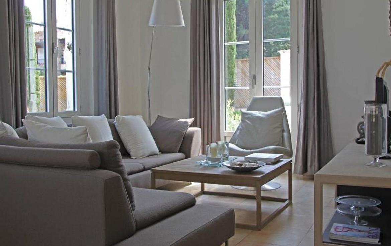 golf-expedition-golf-reizen-frankrijk-regio-cote-d'azur-villa-souvenance-woonruimte-met-bank-en-stoelen.jpg